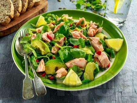 Салата от бейби спанак, сьомга, авокадо, тиквени семки и годжи бери - снимка на рецептата
